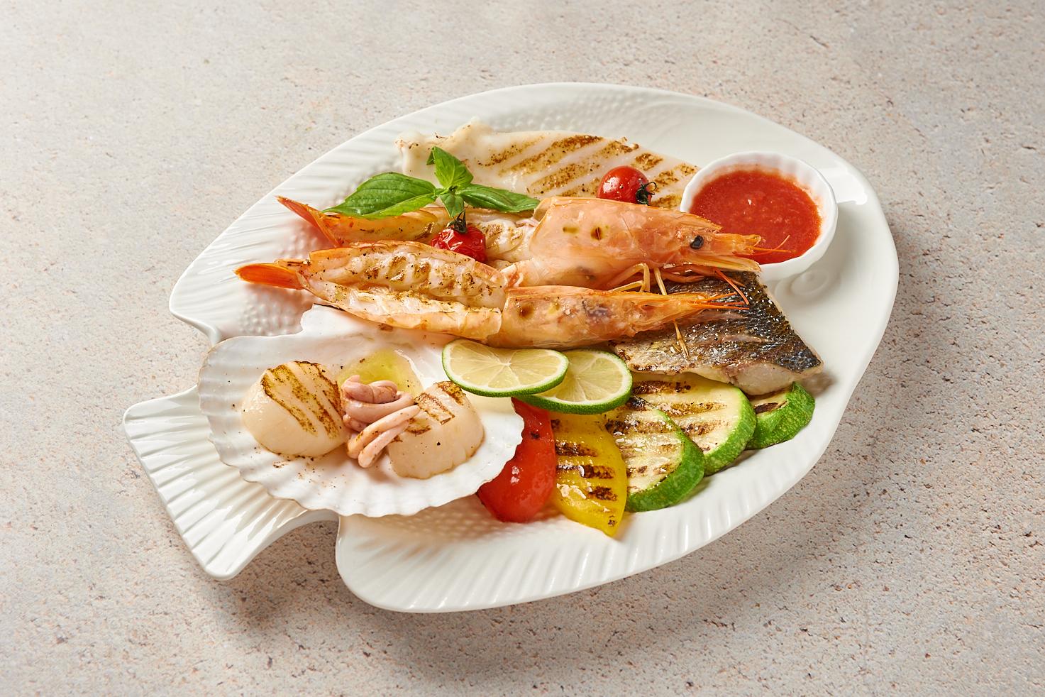 Ассорти морепродуктов на гриле