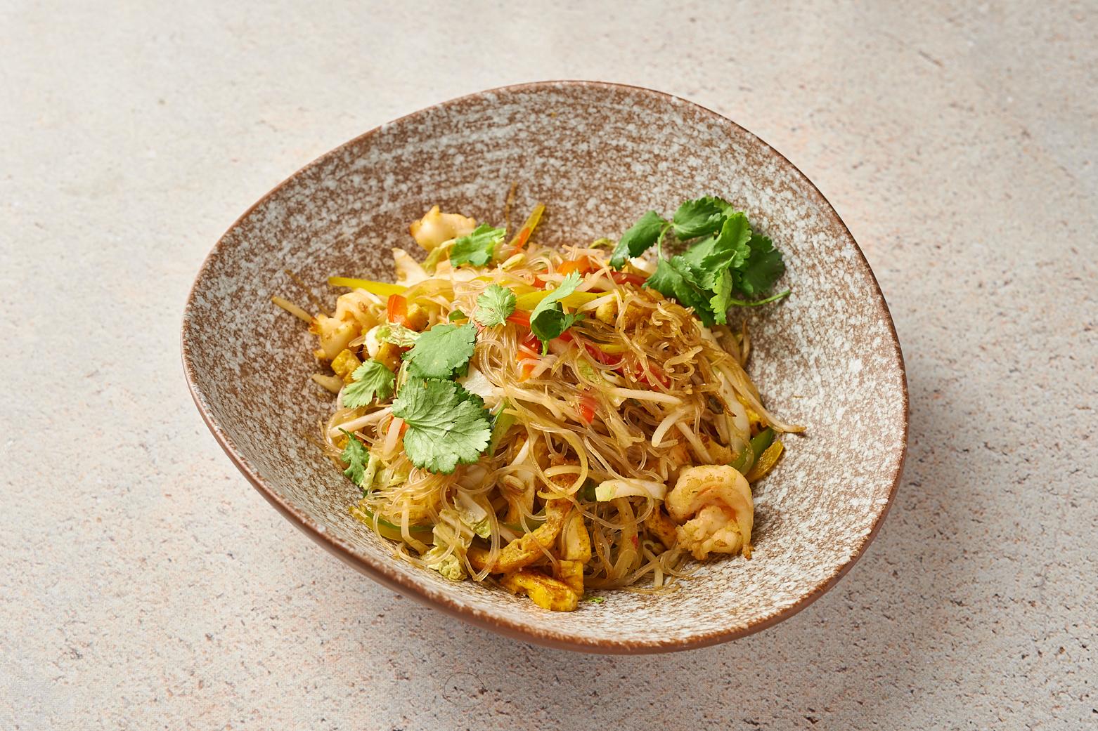 Лапша «по-сингапурски» с овощами и креветками