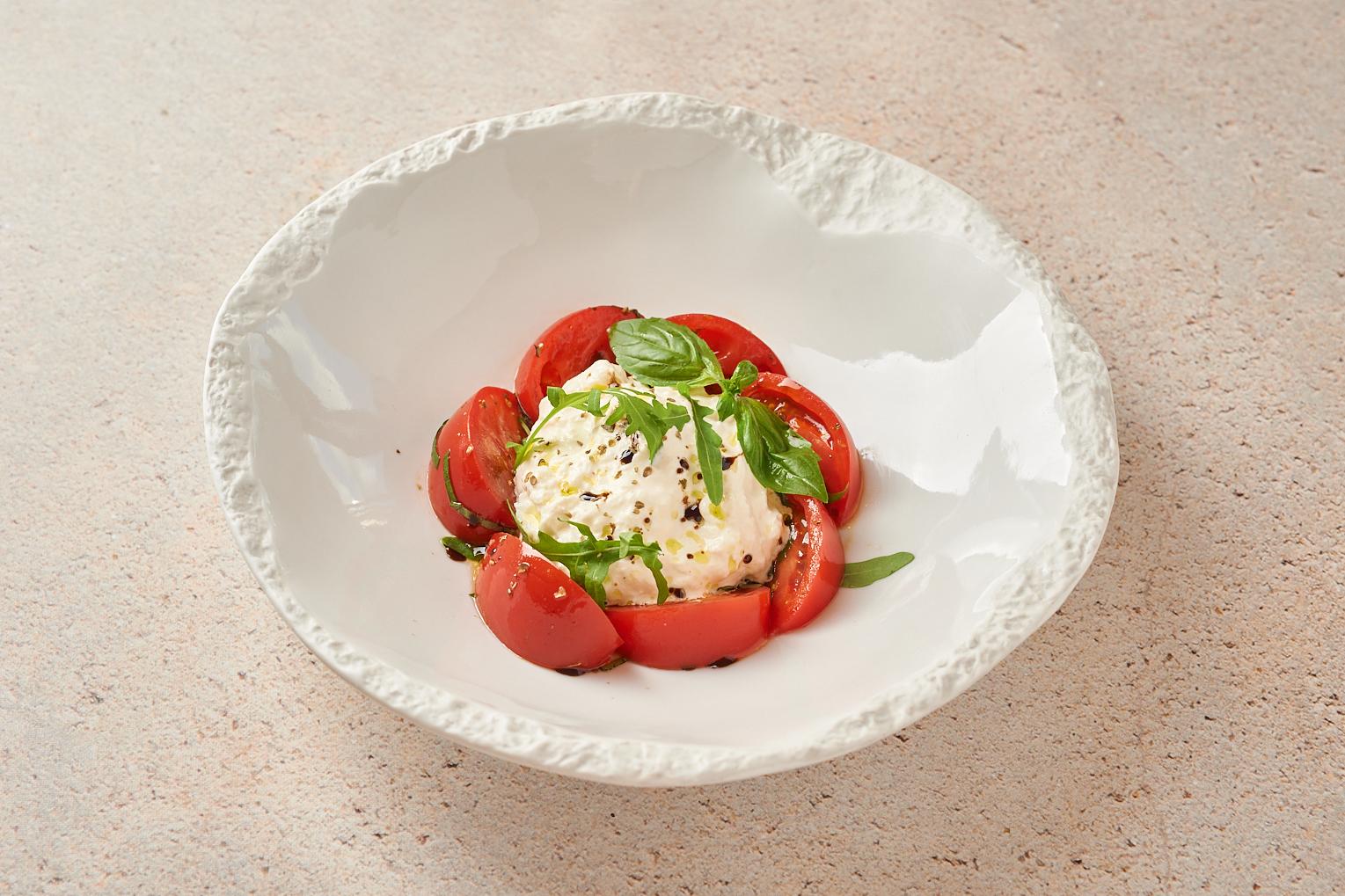 Нежный сыр «Страчателла» со сладкими помидорами и рукколой