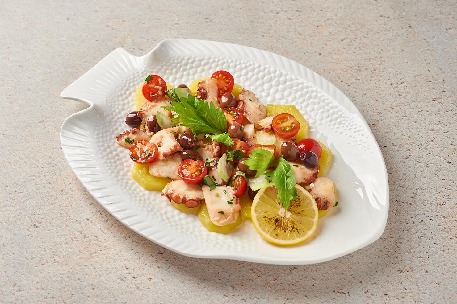 Осьминог с молодым картофелем и оливками таджаске