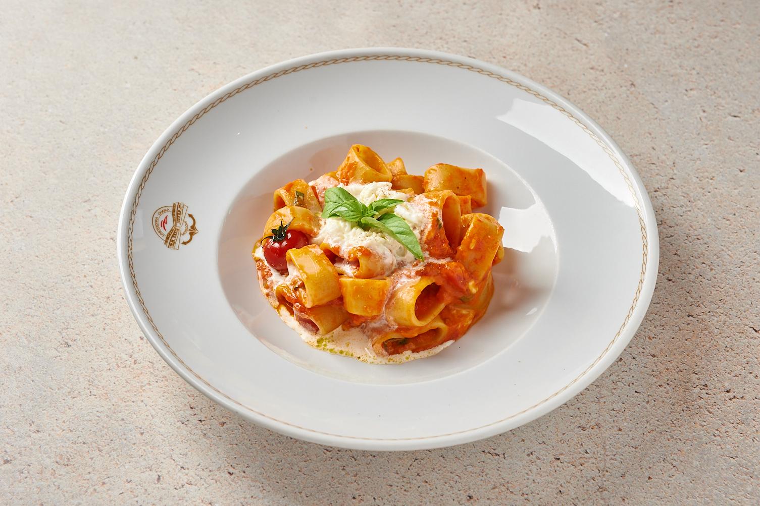 Паста «Паккери» с сыром «Страчателла» в томатном соусе