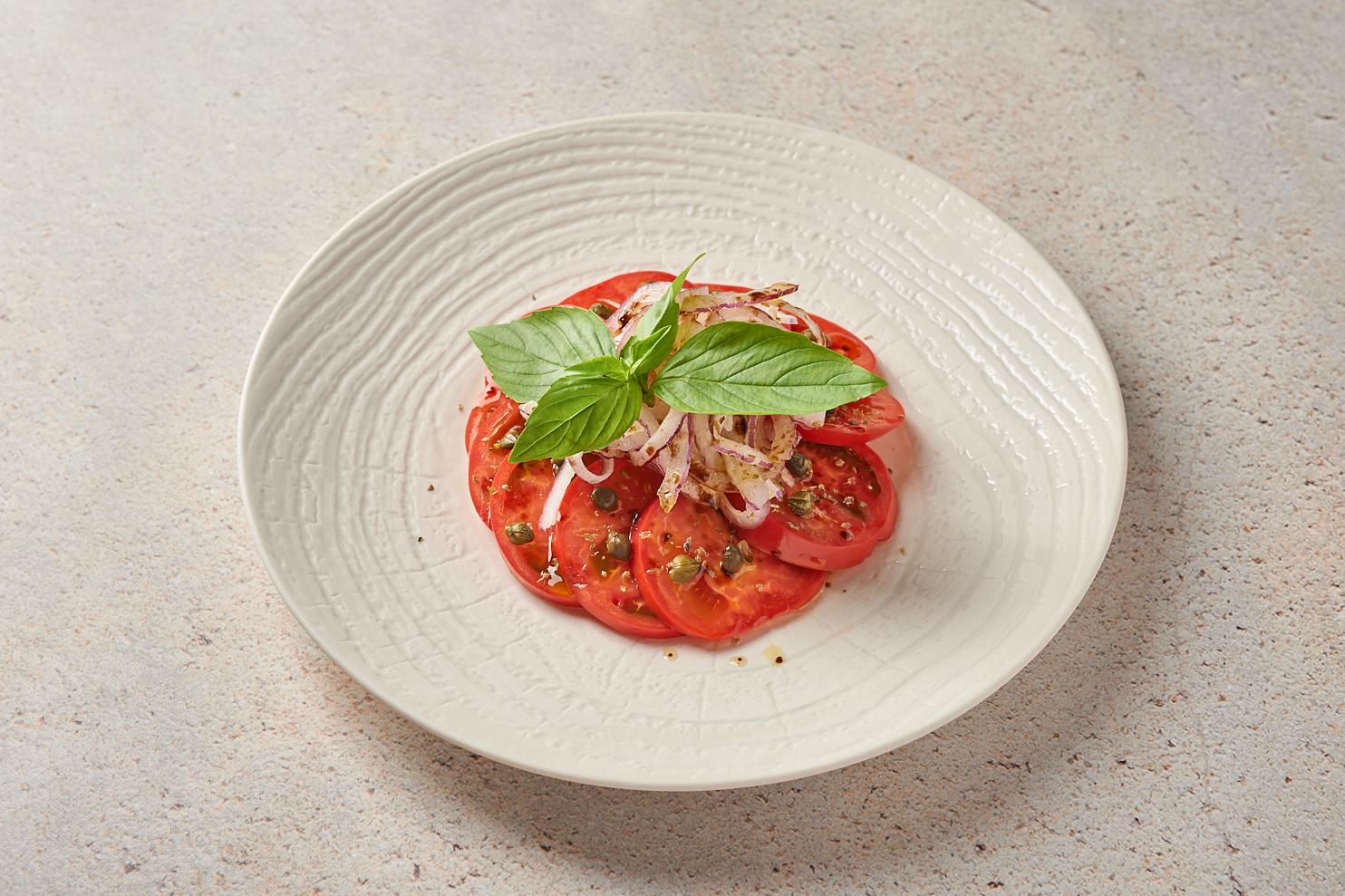 Сладкие помидоры с красным луком и каперсами
