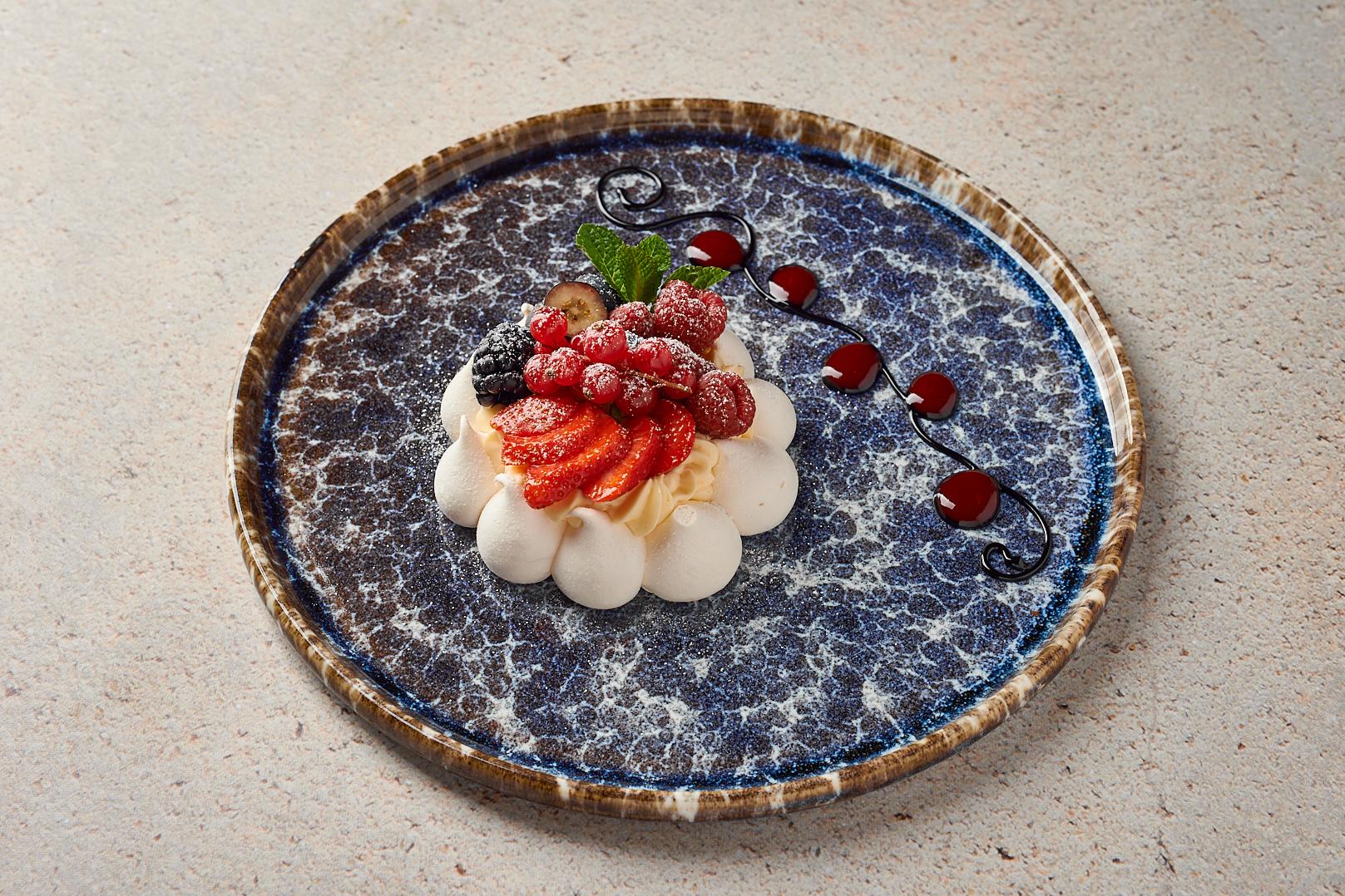 Торт-безе «Анна Павлова» с лесными ягодами
