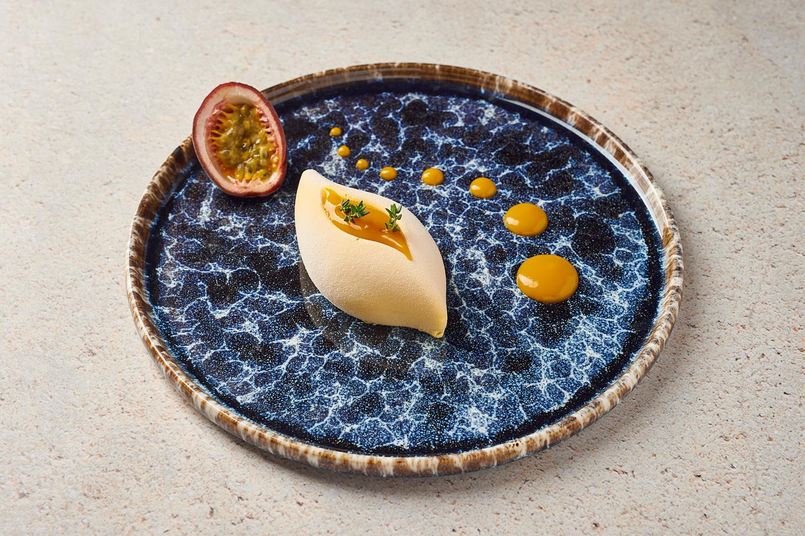 Мусс из манго-маракуйя на тончайшем белом бисквите